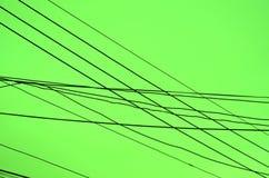 Gekreuzte Drähte über einem grünen Hintergrund Stockbilder