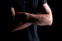 Gekreuzte Hände des Mannes Stockbilder