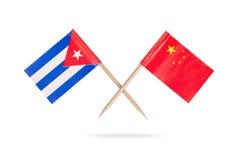 Gekreuzte Miniflaggen Kuba und China Stockfoto