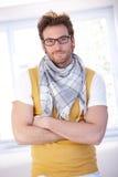 Gekreuztes Lächeln des gutaussehenden Mannes stehende Arme Stockbilder