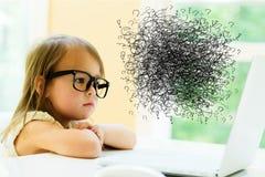 Gekritzel mit kleinem Mädchen lizenzfreies stockbild