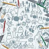 Gekritzel von Halloween-Monstern auf Schreibtisch mit Bleistiften Lizenzfreie Stockbilder