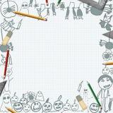 Gekritzel von Halloween-Monstern auf Schreibtisch mit Bleistifthintergrund Lizenzfreies Stockfoto