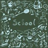 Gekritzelillustration von Schulgegenständen Blaue Kreide umriß Illustration von Gestaltungselementen, Tafelhintergrund Lizenzfreie Stockfotografie