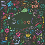 Gekritzelillustration von Schulgegenständen Farbige Kreide umriß Illustration von Gestaltungselementen, Tafelhintergrund Lizenzfreie Stockfotografie