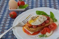 Gekruid gestroopt ei op sandwich dichtbij vork op witte plaat Royalty-vrije Stock Afbeelding