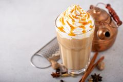 Gekruide bevroren chai latte royalty-vrije stock afbeeldingen
