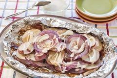 Gekruide rode die aardappels en uien met bacon worden geroosterd Stock Afbeelding