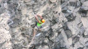 Gekruide Rotsklimmer die snel op Basaltrots vooruitgaan stock video