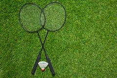 Gekruiste badmintonrackets met shuttle Stock Afbeeldingen