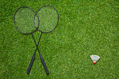 Gekruiste badmintonrackets met witte shuttle Stock Afbeelding