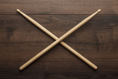 Gekruiste houten trommelstokken op houten lijst Royalty-vrije Stock Afbeeldingen