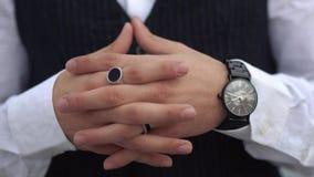 Gekruiste vingers dicht omhoog van de modieuze mens in een wit overhemd Modieus horloge op de hand van de grote werkgever stock video