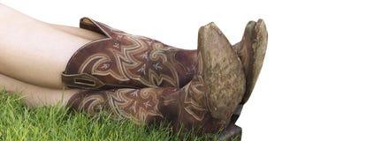 Gekruiste vrouwenbenen De laarzen van de cowboy Landelijke laarzen Landbouwbedrijflaarzen Bruine laarzen Stock Foto