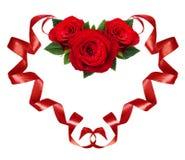 Gekrulde rode zijdelinten in een hertvorm met roze bloemen arrang Royalty-vrije Stock Fotografie