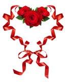Gekrulde rode zijdelinten in een hertvorm met roze bloemen arrang Stock Afbeelding
