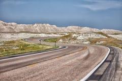 Gekurvtes S pflasterte Straße durch die Ödländer von South Dakota Lizenzfreies Stockfoto