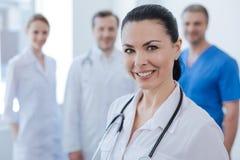 Gekwalificeerde dokter die vertrouwen met collega's uitdrukken op het werk stock fotografie