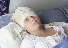 Gekwetst Meisje in Bed stock fotografie