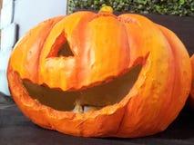 gelächelter Kürbis für Halloween im blauen Hut Stockbilder