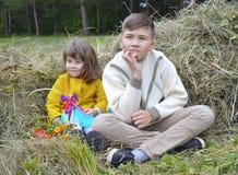 Gelächterspaßschwesterbruder-Vatiliebe außerhalb des Waldjungen lächelnder Wegnatur draußen f des jungen des Sommers Tochterpaarb Stockfotos