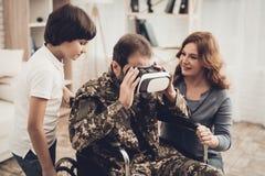 Gelähmter männlicher Soldat-Family Are Having-Spaß lizenzfreies stockfoto