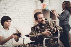 Gelähmter männlicher Soldat Plays Console With Sun stockbilder