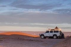 Geländeauto in einer Wüste Stockfotos