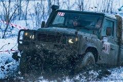 Geländefahrzeugmarke Land Rover überwindt die Bahn Lizenzfreie Stockfotos