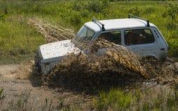 Geländefahrzeugmarke NIVA überwindt eine Grube des Schlammes Lizenzfreies Stockfoto