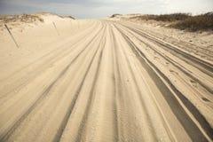 Geländefahrzeugspur im Sand auf Assateague-Insel, Marylan lizenzfreie stockfotografie
