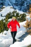 Geländelauf in den Winterbergen lizenzfreie stockbilder