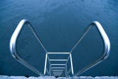 Geländer über Wasser Stockfoto
