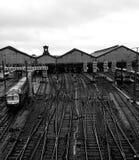Geländer auf einer Bahnstation Stockfotos