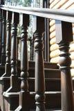 Geländer eines hölzernen Treppenhauses Stockbild