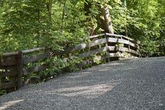 Geländer im Wald Stockfotos