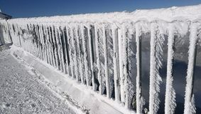 Geländer mit Eis Stockfoto