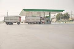 Geläuteter füllender Dieselkraftstoff des LKWs von der lokalen MarkenTankstelle Lizenzfreie Stockfotografie