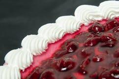 Geléöverkant av kakan Arkivfoto