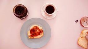 Gelé och bröd för frukost rosa royaltyfri bild