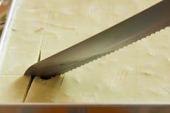 Gelée au lait de noix de coco de coupe de couteaux de gâteau images stock