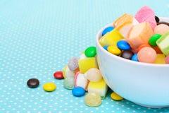 Gelée colorée de sucrerie dans la cuvette images stock