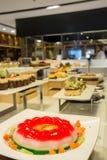 Gelée de fraise avec le dessert de fruit dans le restaurant photos libres de droits