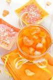 Gelée de fruit savoureuse avec des tranches oranges photographie stock libre de droits