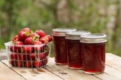 Gelée ou confiture fraîche de fraise photographie stock