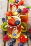 Gelée rouge et jaune servie avec le fruit photos stock