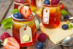 Gelée rouge et jaune servie avec le fruit photographie stock libre de droits