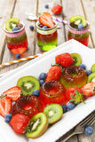 Gelée rouge et verte servie avec le fruit images stock