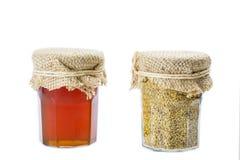 Gelée royale dans de petits pots en verre avec du miel et le pollen Images stock
