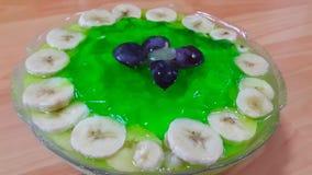 Gelée verte douce savoureuse crémeuse avec des tranches de banane posées sur la surface clips vidéos